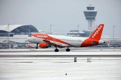 Décollages d'EasyJet Airbus A320-200 G-EZUJ dans l'aéroport de Munich Image libre de droits