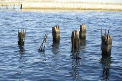 décomposition abandonnée de poteaux de pair rouillée Images libres de droits