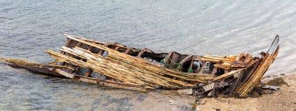 Décomposition, bateau abandonné sur le rivage, un symbole de décadence et dégradation images libres de droits