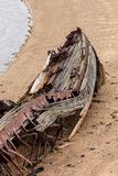 Décomposition, bateau abandonné sur le rivage, un symbole de décadence et dégradation image libre de droits
