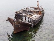 Décomposition, bateau abandonné sur une eau de mer, un symbole de décadence et dégradation image libre de droits
