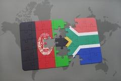 déconcertez avec le drapeau national de l'Afghanistan et de l'Afrique du Sud sur un fond de carte du monde Photographie stock libre de droits