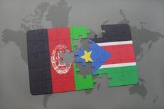 déconcertez avec le drapeau national de l'Afghanistan et des sud Soudan sur un fond de carte du monde Image stock