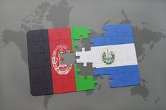 déconcertez avec le drapeau national de l'Afghanistan et du Salvador sur un fond de carte du monde Photographie stock
