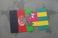 déconcertez avec le drapeau national de l'Afghanistan et du Togo sur un fond de carte du monde Images stock