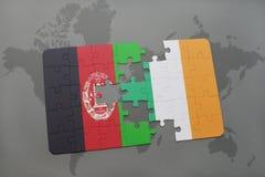 déconcertez avec le drapeau national de l'Afghanistan et de l'Irlande sur un fond de carte du monde Photos libres de droits