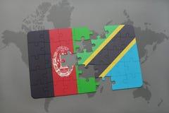 déconcertez avec le drapeau national de l'Afghanistan et de la Tanzanie sur un fond de carte du monde Image stock