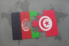 déconcertez avec le drapeau national de l'Afghanistan et de la Tunisie sur un fond de carte du monde Photo stock