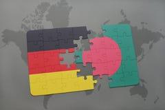 déconcertez avec le drapeau national de l'Allemagne et du Bangladesh sur un fond de carte du monde Photo libre de droits