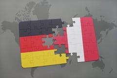 déconcertez avec le drapeau national de l'Allemagne et du Pérou sur un fond de carte du monde Image stock