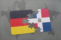 déconcertez avec le drapeau national de l'Allemagne et de la République Dominicaine sur un fond de carte du monde Images stock
