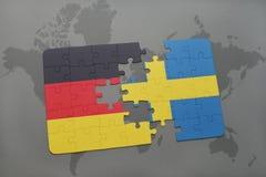 déconcertez avec le drapeau national de l'Allemagne et de la Suède sur un fond de carte du monde Photos stock