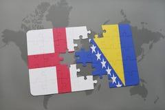 déconcertez avec le drapeau national de l'Angleterre et de la Bosnie-Herzégovine sur un fond de carte du monde Photographie stock