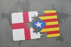 déconcertez avec le drapeau national de l'Angleterre et de la Catalogne sur un fond de carte du monde Photographie stock libre de droits