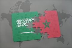 déconcertez avec le drapeau national de l'Arabie Saoudite et du Maroc sur un fond de carte du monde Image libre de droits
