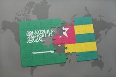 déconcertez avec le drapeau national de l'Arabie Saoudite et du Togo sur un fond de carte du monde Photo stock