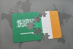 déconcertez avec le drapeau national de l'Arabie Saoudite et de l'Irlande sur un fond de carte du monde Photos stock
