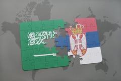 déconcertez avec le drapeau national de l'Arabie Saoudite et de la Serbie sur un fond de carte du monde Photos libres de droits