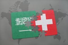 déconcertez avec le drapeau national de l'Arabie Saoudite et de la Suisse sur un fond de carte du monde Photos stock