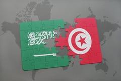 déconcertez avec le drapeau national de l'Arabie Saoudite et de la Tunisie sur un fond de carte du monde Image libre de droits