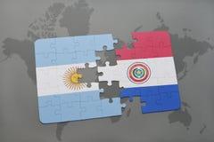 déconcertez avec le drapeau national de l'Argentine et du Paraguay sur un fond de carte du monde Images libres de droits