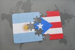 déconcertez avec le drapeau national de l'Argentine et du Porto Rico sur un fond de carte du monde Photographie stock libre de droits