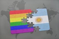 déconcertez avec le drapeau national de l'Argentine et le drapeau gai d'arc-en-ciel sur un fond de carte du monde Photo libre de droits
