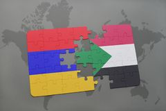déconcertez avec le drapeau national de l'Arménie et du Soudan sur une carte du monde Images libres de droits