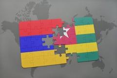 déconcertez avec le drapeau national de l'Arménie et du Togo sur une carte du monde Photo libre de droits