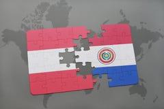 déconcertez avec le drapeau national de l'Autriche et du Paraguay sur un fond de carte du monde Image stock
