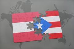 déconcertez avec le drapeau national de l'Autriche et du Porto Rico sur un fond de carte du monde Photographie stock