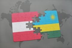 déconcertez avec le drapeau national de l'Autriche et du Rwanda sur un fond de carte du monde Photos libres de droits