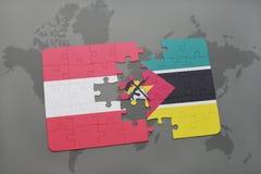 déconcertez avec le drapeau national de l'Autriche et de la Mozambique sur un fond de carte du monde Images libres de droits