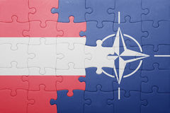 Déconcertez avec le drapeau national de l'Autriche et de l'OTAN Photos stock