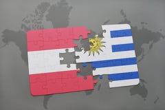 déconcertez avec le drapeau national de l'Autriche et de l'Uruguay sur un fond de carte du monde Photos libres de droits