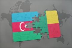 déconcertez avec le drapeau national de l'Azerbaïdjan et du Bénin sur une carte du monde Photos libres de droits