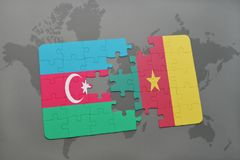 déconcertez avec le drapeau national de l'Azerbaïdjan et du Cameroun sur une carte du monde Photos libres de droits