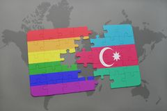 déconcertez avec le drapeau national de l'Azerbaïdjan et le drapeau gai d'arc-en-ciel sur un fond de carte du monde Photos libres de droits