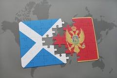 déconcertez avec le drapeau national de l'Ecosse et du Monténégro sur un fond de carte du monde Photographie stock