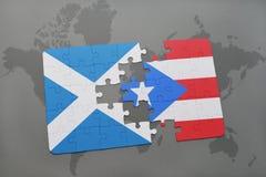 déconcertez avec le drapeau national de l'Ecosse et du Porto Rico sur une carte du monde Image stock