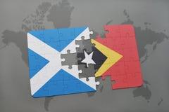 déconcertez avec le drapeau national de l'Ecosse et du Timor oriental sur une carte du monde Photo libre de droits