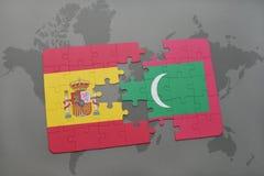 déconcertez avec le drapeau national de l'Espagne et des Maldives sur un fond de carte du monde Photo stock
