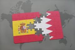 déconcertez avec le drapeau national de l'Espagne et du Bahrain sur un fond de carte du monde Photos libres de droits
