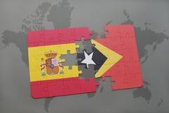 déconcertez avec le drapeau national de l'Espagne et du Timor oriental sur un fond de carte du monde Photos stock