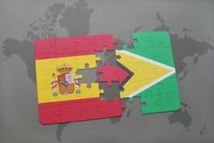 déconcertez avec le drapeau national de l'Espagne et de la Guyane sur un fond de carte du monde Photos libres de droits