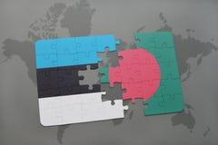 déconcertez avec le drapeau national de l'Estonie et du Bangladesh sur une carte du monde Photos stock