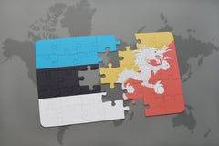 déconcertez avec le drapeau national de l'Estonie et du Bhutan sur une carte du monde Photo libre de droits