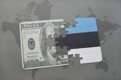 déconcertez avec le drapeau national de l'Estonie et du billet de banque du dollar sur un fond de carte du monde Photographie stock libre de droits