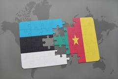 déconcertez avec le drapeau national de l'Estonie et du Cameroun sur une carte du monde Photographie stock