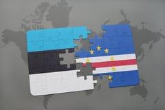 déconcertez avec le drapeau national de l'Estonie et du Cap Vert sur une carte du monde Photos libres de droits